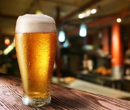 Verre de bière en lumière un pub sombre Banque d'images - 16214266