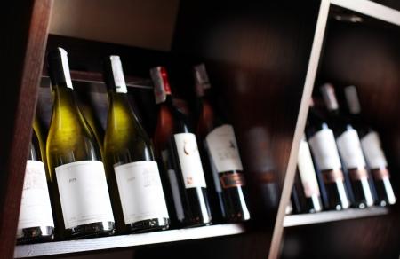 Weinflaschen auf einem hölzernen Regal