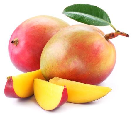 mango fruta: Mango con las rebanadas en un fondo blanco