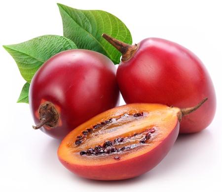 tomate de arbol: Tamarillo frutas con hojas sobre fondo blanco Foto de archivo