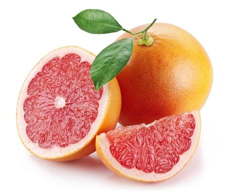 Grapefruit met plakjes op een witte achtergrond.