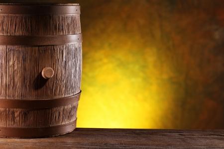 oil barrel: Barril de madera sobre un fondo amarillo oscuro