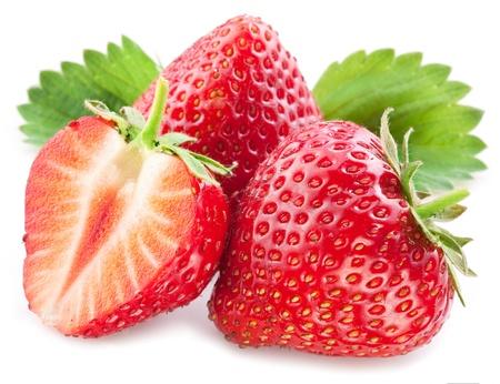 Aardbeien met bladeren geïsoleerd op een witte achtergrond