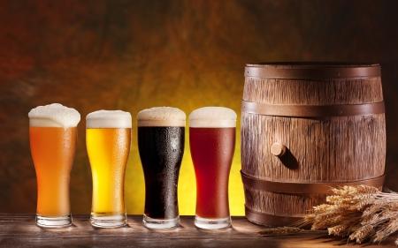 bier glazen: Bier glazen met een houten vat. Achtergrond - donkergeel gradiënt. Stockfoto
