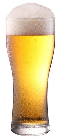 vasos de cerveza: Cerveza de cristal en el fondo blanco. El archivo contiene un trazado de recorte. Foto de archivo