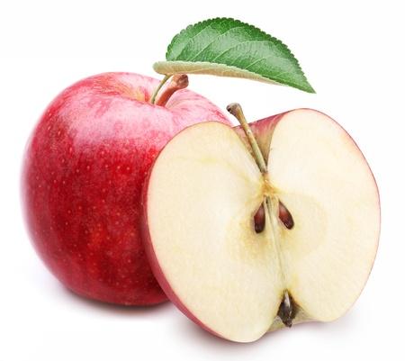 Manzana roja con la hoja y cortar en rodajas sobre un fondo blanco. Foto de archivo
