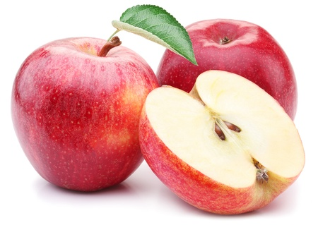 Pomme rouge avec des feuilles et tranche sur un fond blanc.