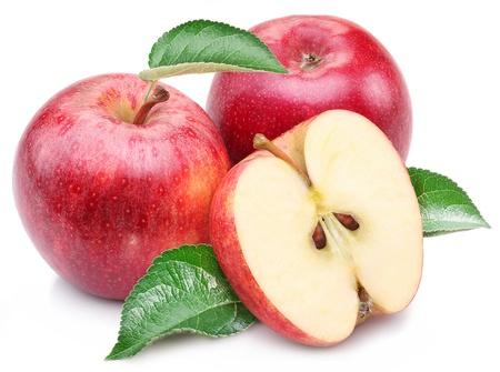 pomme rouge: Pomme rouge avec des feuilles et tranche sur un fond blanc.