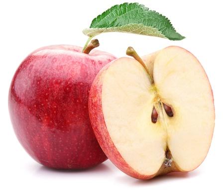 사과: 흰색 배경에 잎과 슬라이스 빨간 사과.