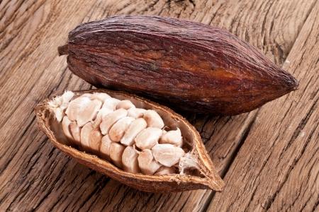 cacao: Cacao en una mesa de madera oscura