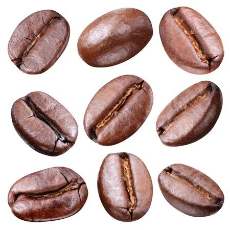 frijoles: Los granos de caf� aislados en el fondo blanco. Cada grano tiene que trazado de recorte.