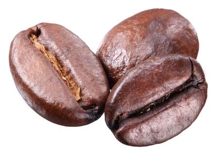 Kaffeebohnen auf wei?em Hintergrund. Standard-Bild