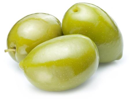 Grüne Oliven auf einem weißen Hintergrund.