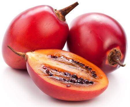 tomate de arbol: Tamarillo frutos con la rebanada en el fondo blanco.