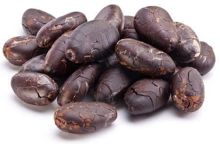 planta de frijol: Los granos de cacao sobre un fondo blanco.