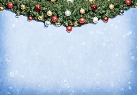 Weihnachtsdekoration mit Pelz und Flitter.
