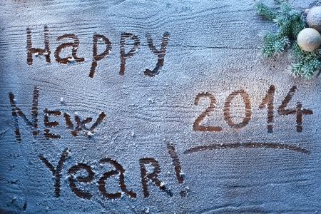 Neujahr 2014 mit Schnee bedeckten hölzernen Schreibtisch.