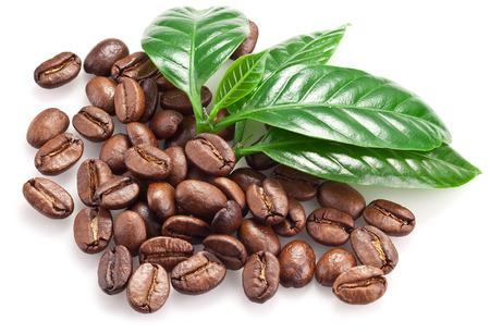 Geröstete Kaffeebohnen und Blätter auf einem weißen Hintergrund.
