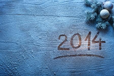 Neujahr 2014 auf schneebedeckten hölzernen Schreibtisch.