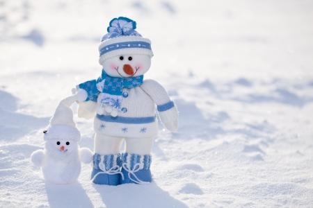 bonhomme de neige: Deux bonhommes de neige dr�les avec le nez de carotte dans la neige.