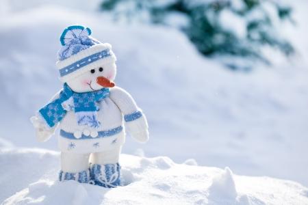 styczeń: Mały bałwanek z nosem marchewką w śniegu.