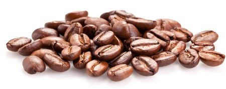 Geröstete Kaffeebohnen und auf einem weißen Hintergrund solated.