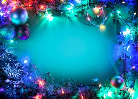 Weihnachten Rahmen mit Tanne, Kugeln und Lichterketten.