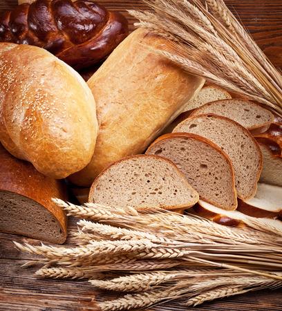 canasta de panes: Diferentes pan y rebanadas. Fondo de alimentos.