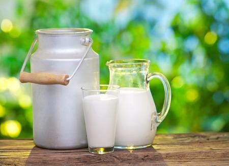 야외 설정에서 오래 된 나무 테이블에 다양 한 요리에 우유.