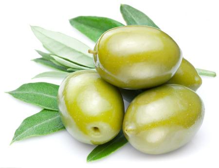 Grüne Oliven mit isoliert auf einem weißen Blättern. Standard-Bild - 27782454