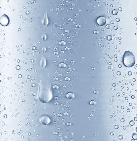 Water druppels op blauwe glas achtergrond.