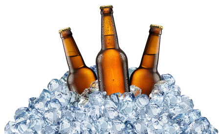Drie bierflesjes krijgen koel in ijsblokjes. Geïsoleerd op een witte achtergrond. Bestand bevat clipping aaien. Stockfoto