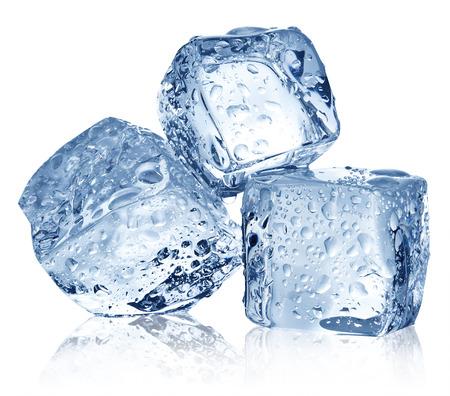 cubos de hielo: Tres cubos de hielo sobre fondo blanco. Recorte palmaditas.