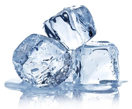 cubo: Tres cubos de hielo sobre fondo blanco. Recorte palmaditas.