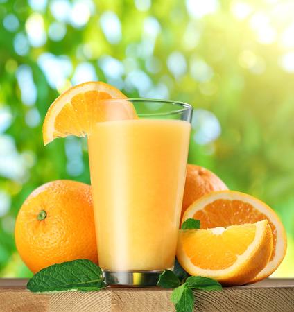 verre de jus d orange: Orange fruits et un verre de jus d'orange sur la table en bois. Banque d'images