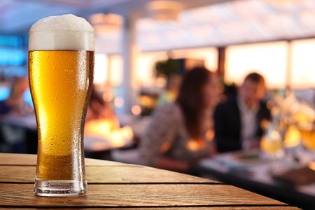 barra de bar: Foto de vaso de cerveza fr�a en la mesa de un bar. Foto de archivo