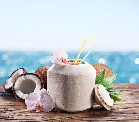 coco: El agua de coco en la tuerca. Foto de archivo