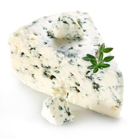 Plakjes Deense Blue kaas op een witte achtergrond. Stockfoto