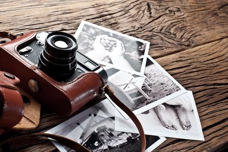 Oude rangefinder camera en zwart-wit foto's op de oude houten tafel. Stockfoto