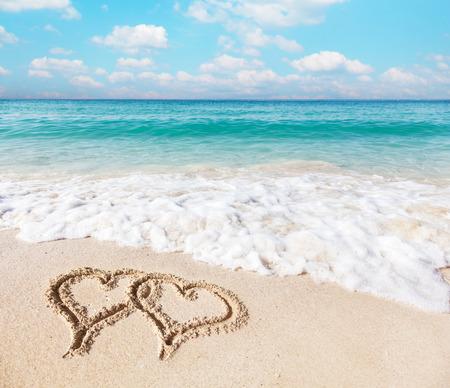 cuore: Cuori disegnati sulla sabbia della spiaggia. Archivio Fotografico