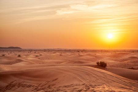 Zonsondergang in de woestijn.