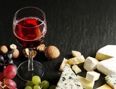 ワイングラスや果物とチーズの種類。