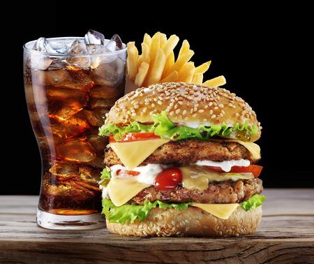 ハンバーガー、ポテト フライ、コーラを飲む。テイクアウト食品。 写真素材