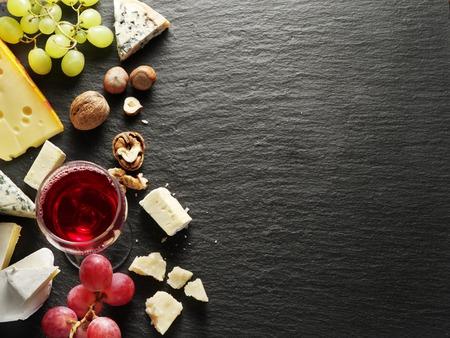 와인 잔과 과일 치즈의 종류. 평면도. 스톡 콘텐츠