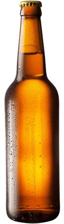 vasos de cerveza: Botella de cerveza en el fondo blanco. Foto de archivo