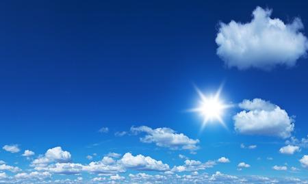 cielo: Nubes montón blancas en el cielo azul en el día de verano.