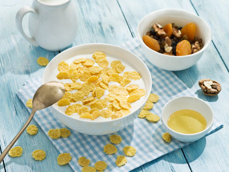 cereal: Copos de cereal y la leche. Desayuno de la mañana.