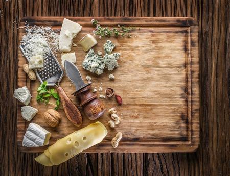 lacteos: Los diferentes tipos de quesos con frutos secos y hierbas. Vista superior.