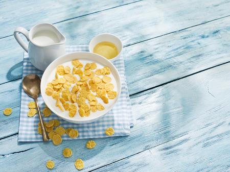 prima colazione: Cornflakes cereali e latte Archivio Fotografico