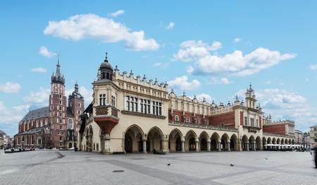 Saint Mary Basilica und Hauptplatz in Krakau. Standard-Bild - 45704032